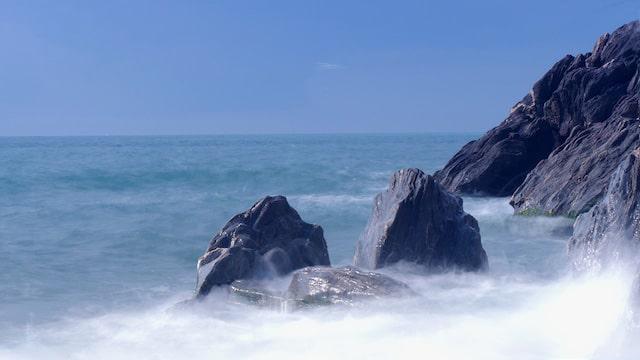 Historia. Una gran montaña, un pequeño arroyo, un viento violento, y una ola gigante