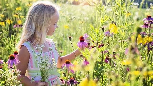 Una niña pequeña en el jardín en primavera la naturaleza Foto ...