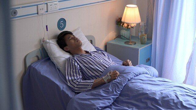 Paciente acostado en una cama de hospital